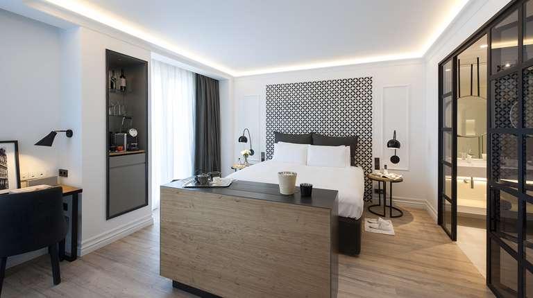el hotel the serras pone cinco estrellas en la fachada. Black Bedroom Furniture Sets. Home Design Ideas
